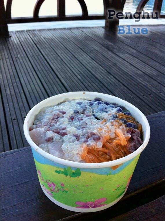 港のベンチで食べる玉冠嫩仙草のかき氷